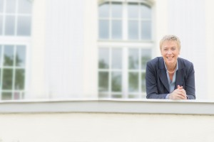 Imageberatung für Unternehmen Business-Bilder einer Frau in Geschäftskleidung vor den Fenstern eines Gebäudes