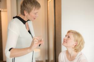 Make-up Beratung- das Auftragen des Concealers wird der Kundin vermittelt