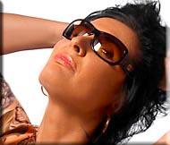 Frau mit Sonnenbrille nach Brillenberatung