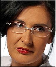 Frau mit randloser Brille nach Brillenberatung