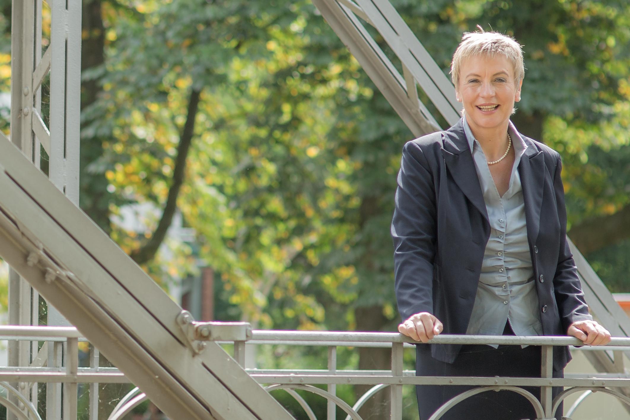 Business-Frau in Businesskleidung auf der Brücke