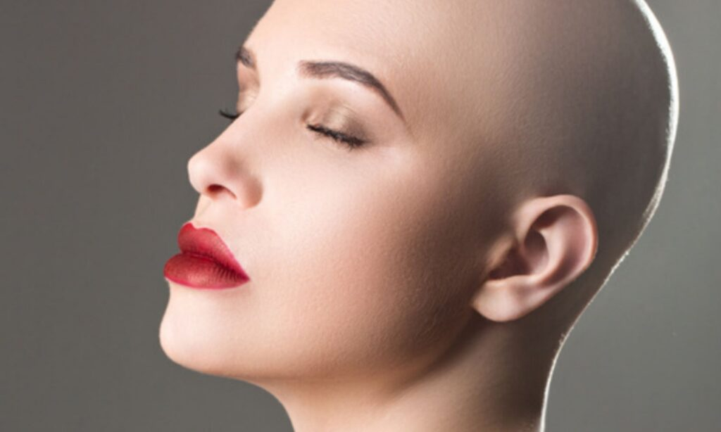 Rote Lippen einer an Krebserkrankten Frau ohne Haare, Veränderung druch Typberatung