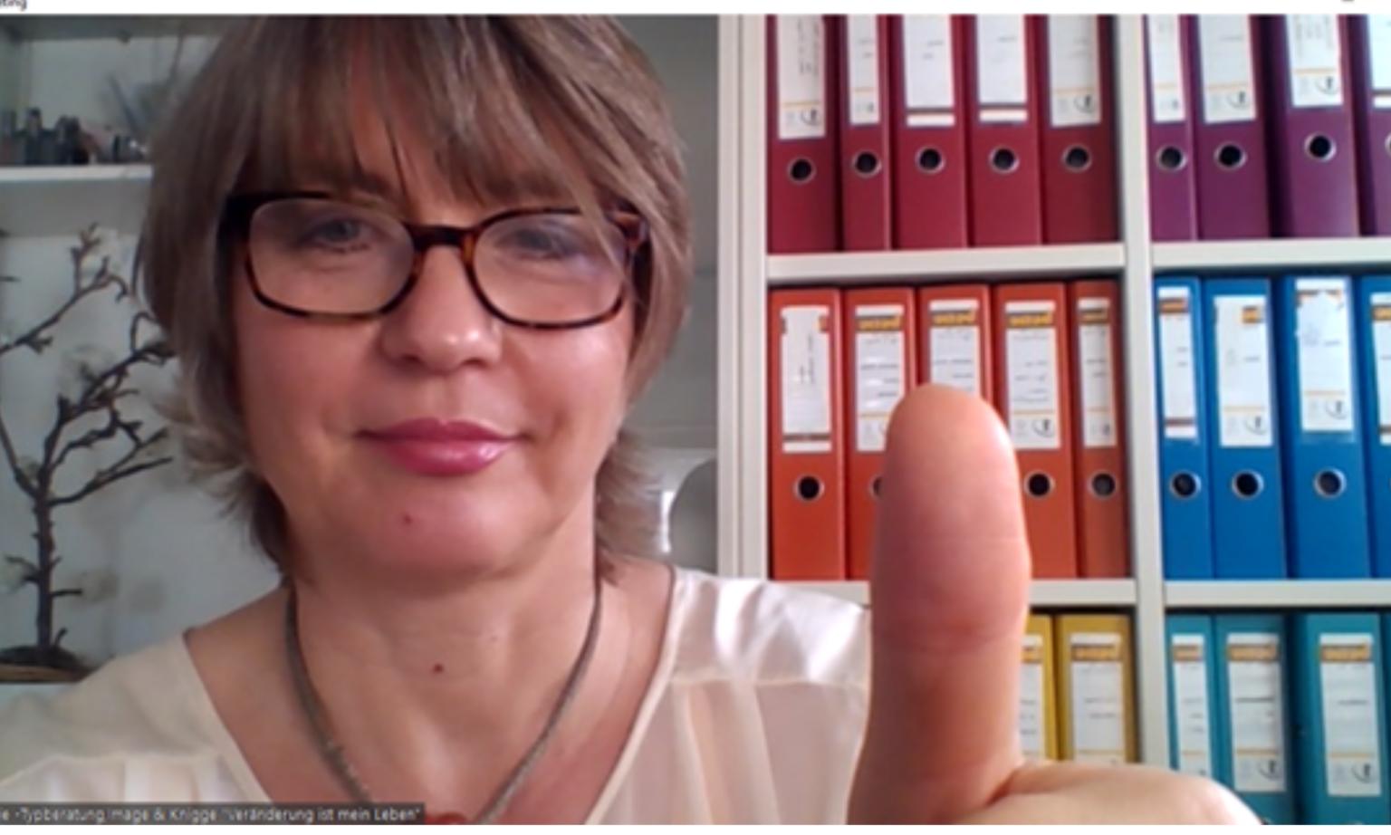 Online-Beratung Make-up 40+Das Bidl zeigt soraya Frie mit eien DAuemen hoch zur Onlinestilberatung